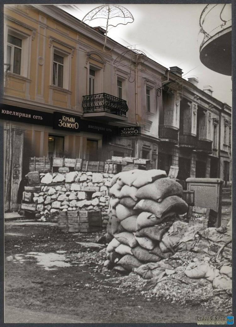 На улицах появились баррикады. Фото: Валентин Вербицкий