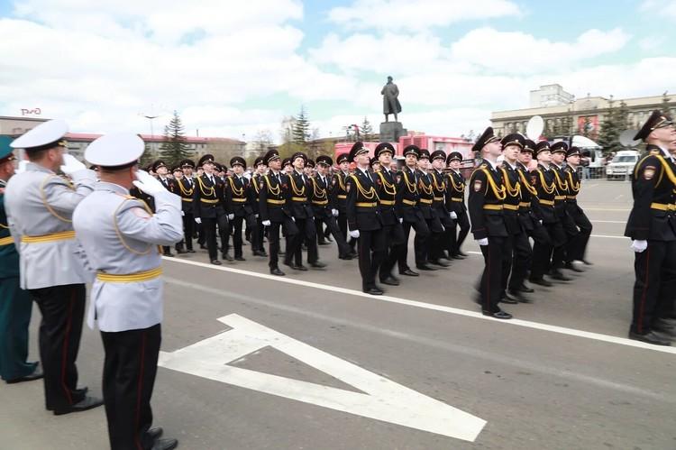 Четким строем, чеканя шаг, прошли по площади кадеты, курсанты, воины-интернационалисты