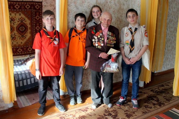 Петровск, Саратовская область, волонтёры в гостях у ветерана. Фото: движение DaDobro