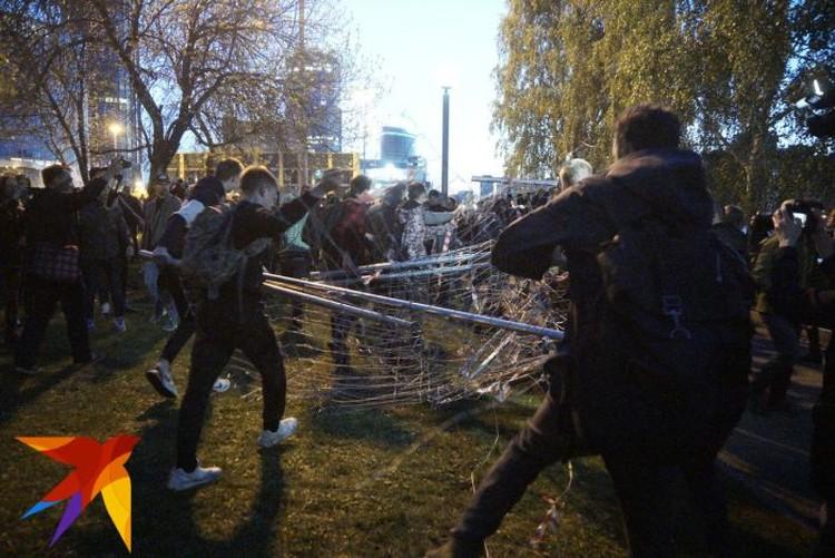 Молодые люди разбирали забор на фрагменты и растаскивали по округе.