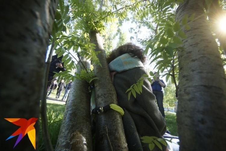 Чтобы приковать себя к дереву, девушка использовала противоугонную цепь от велосипеда.