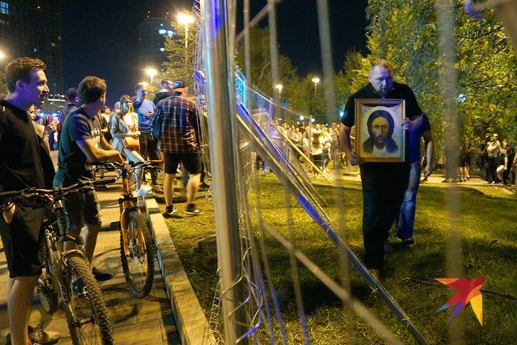Ситуация со строительством храма в Екатеринбурге чудом не переросла в массовую потасовку.