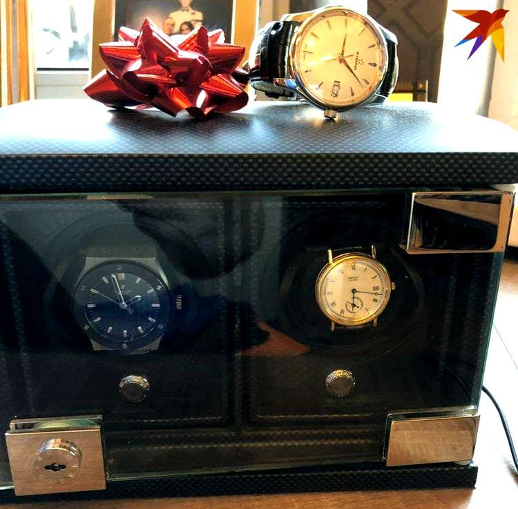 Особая гордость чиновника - коллекция дорогих часов стоимостью до 10 млн рублей.