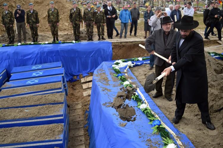 Раввин Бреста Хаим Рабинович прочитал над могилой кадиш - поминальную молитву.