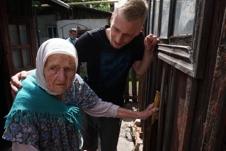 Бабушка выглядит испуганной, говорит с нами откровенно только тогда, когда рядом нет Лены.