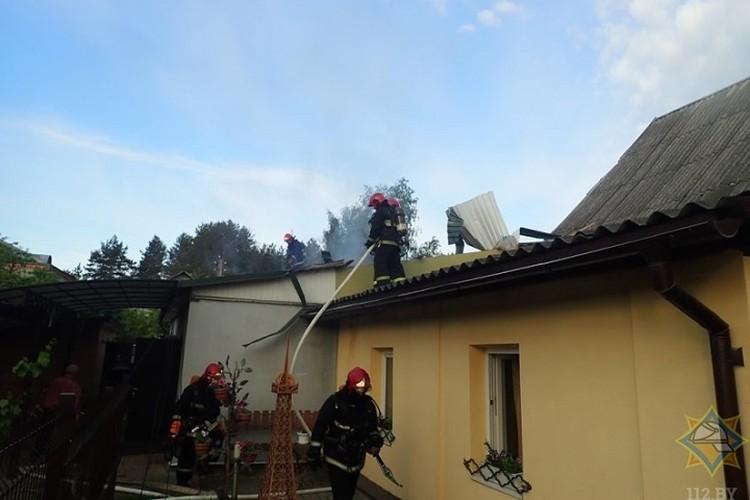 Огонь повредил кровлю, потолочные перекрытия, а также стены и имущество в доме. Фото: МЧС.