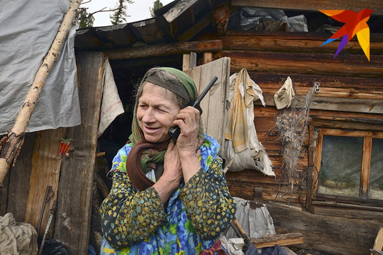 Агафья Лыкова лихо справляется со спутниковым телефоном