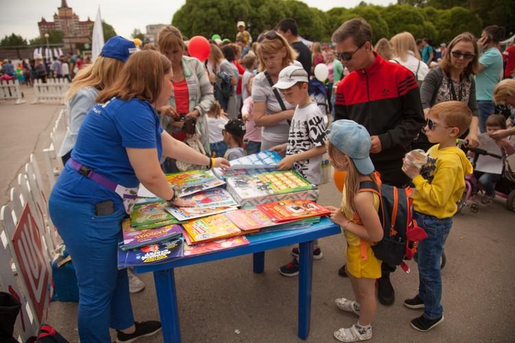 Детишки интересовались книгами со своими любимыми героями.