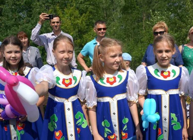 На концертных площадках гостей из столицы встречали дети. Фото: Павел Садков