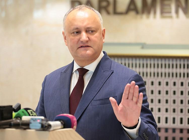 Сегодня утром конституционный суд лишил действующего президента Игоря Додона полномочий