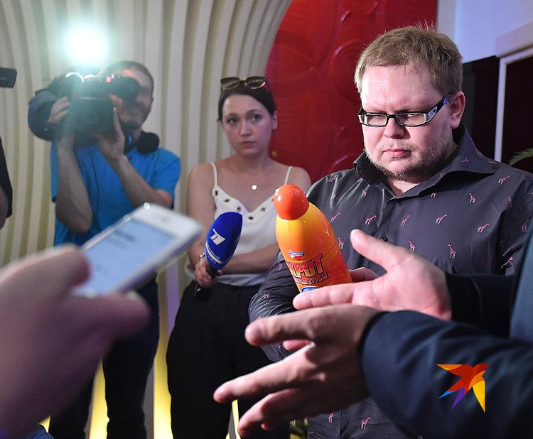 """PR-директор Бари Алибасова Вадим Горжанкин держит в руках бутылку злосчастного """"Крота""""."""