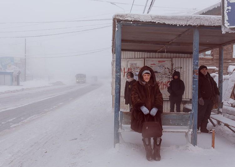 Люди на автобусной остановке ждут маршрутный автобус. Фото: Алескей Васильев.