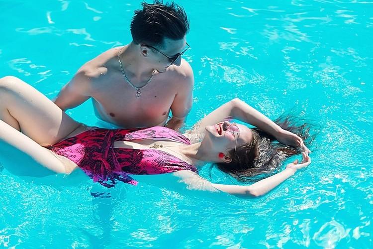 Лежа на руках, волосы в воде.