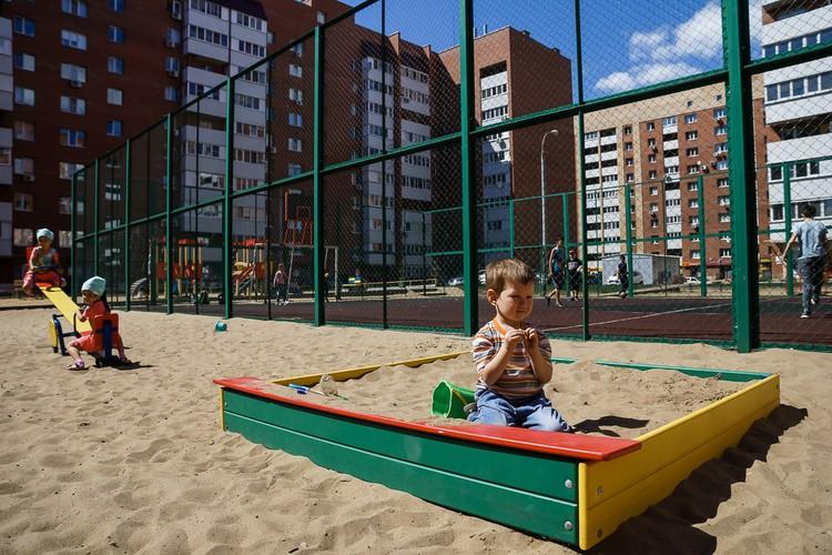 В новом районе живет очень много молодых семей