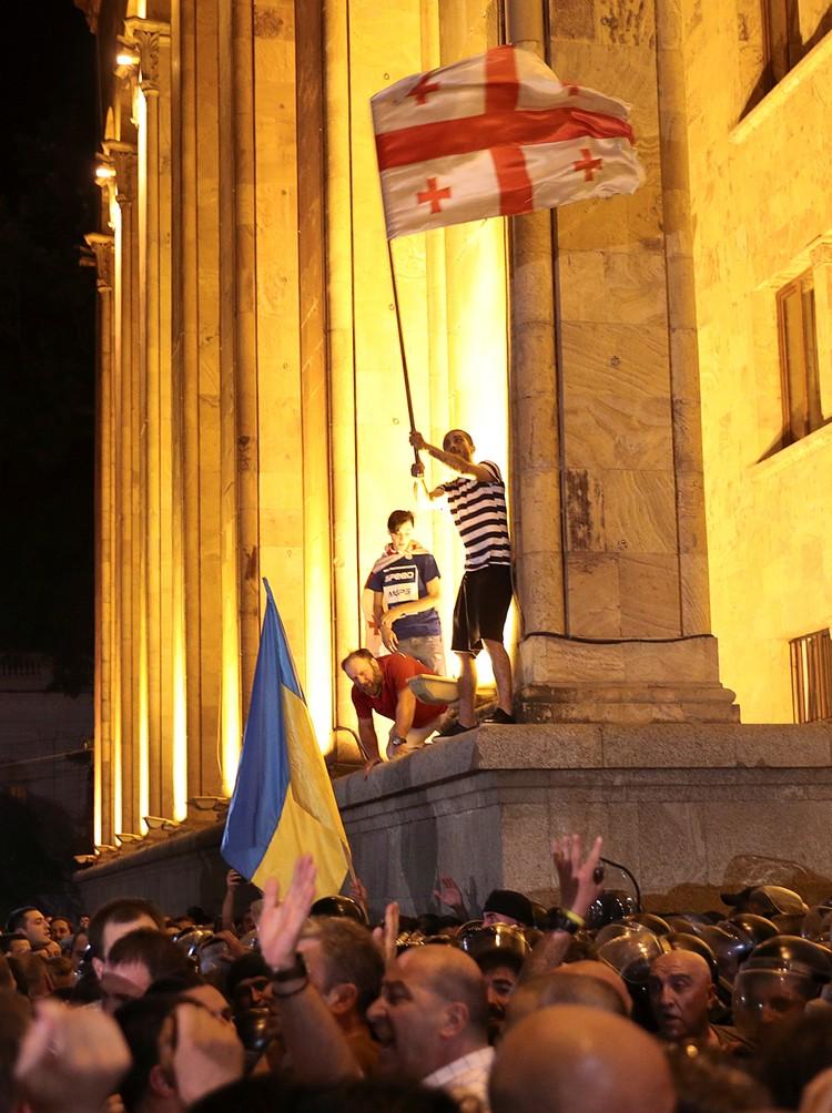 В жарком Тбилиси запахло новым майданом