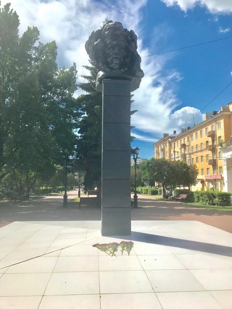 Пушкин, крашеный в черный цвет, теперь похож то ли на Медузу Гаргону, то ли на Мефистофиля.