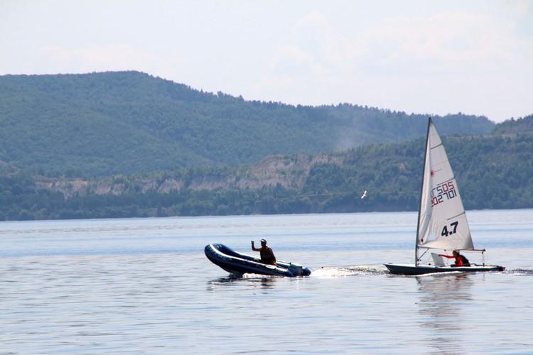 Яхты на старт «доставляют» моторные лодки.