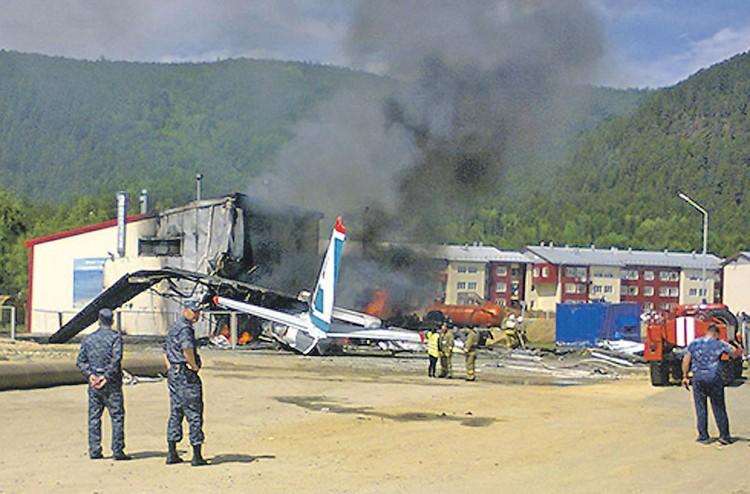 После столкновения с ангаром самолет загорелся. К счастью, экипажу удалось открыть аварийные выходы. Фото: Геннадий ЛЫТКИН