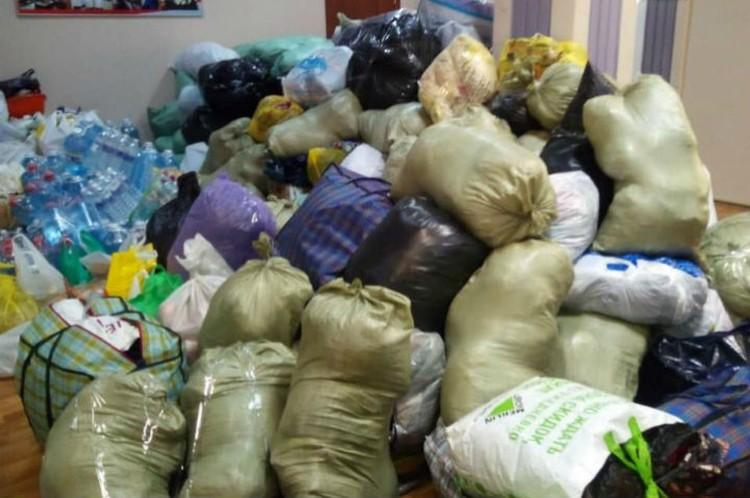 Нужно помогать в сортировке и погрузке воды, продуктов, вещей для пострадавших от паводка районов. Фото: официальный аккаунт Сергея Сокола в Facebook/