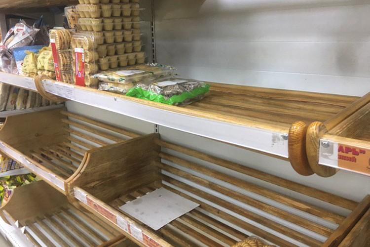 Не во всех магазинах еще можно купить хлеб.