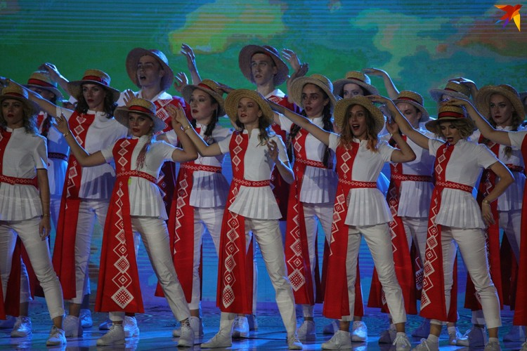 Не обошлось без народных песен и танцев.
