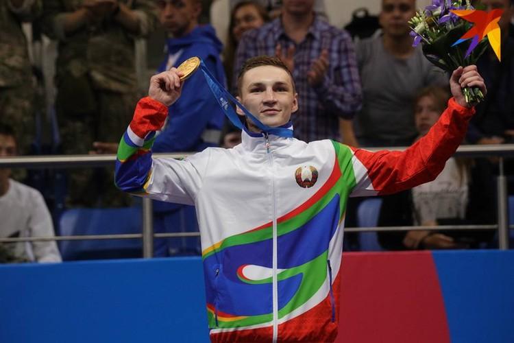 Боксер Дмитрий Асанов с золотой медалью.