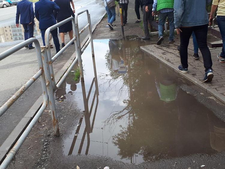 Как можно так делать тротуары, которые после каждого дождя превращаются в реки?! Фото: Е-область.