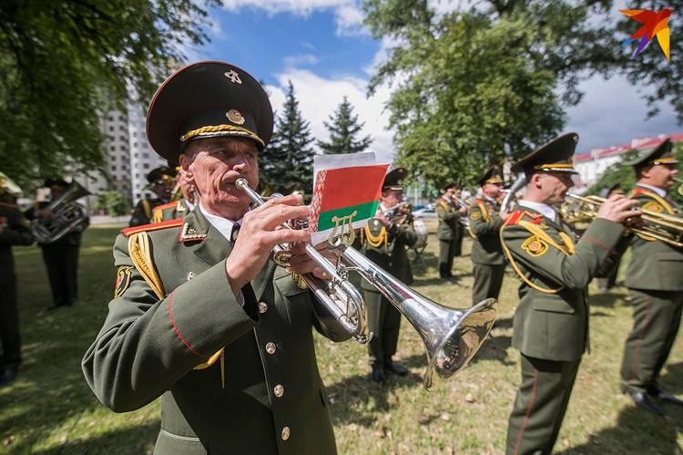 Оркестр Военной академии Беларуси исполнил гимны Венесуэлы и Беларуси.