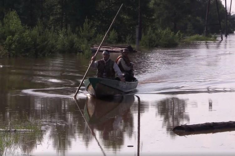 Во время паводка в Иркутской области местные жители передвигались по улицам на лодках.