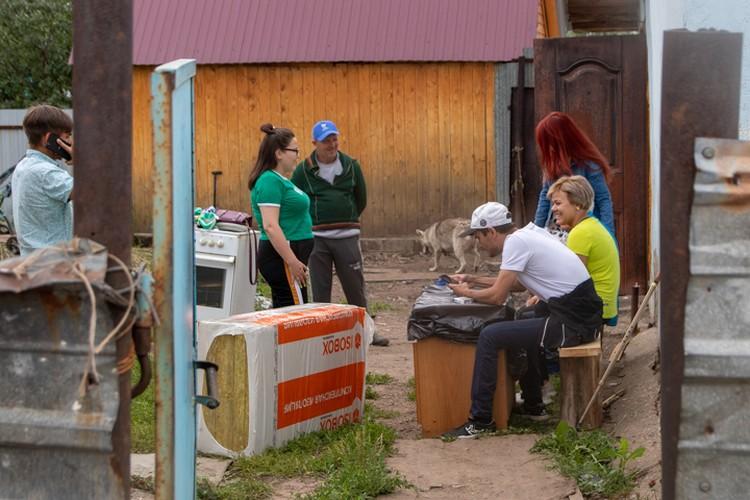 Добрые люди координируют работу по ремонту дома и помощи бабушки