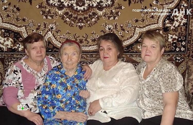На старой семейной фотографии видно, что Людмила (вторая справа) не похожа на сестер и мать.