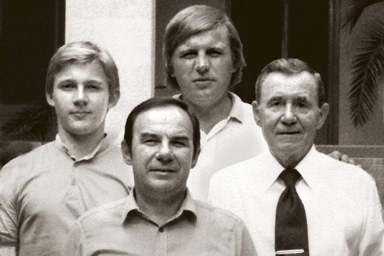 Андрей Громыко (на фото - справа) с сыном Анатолием и внуками Алексеем (крайний слева) и Игорем на госдаче в крымской Мухолатке. Начало 1980-х.