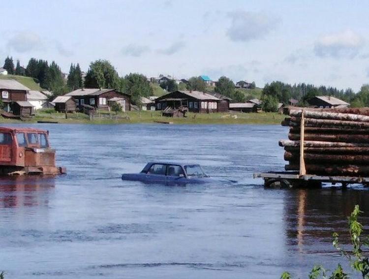 Машины, снесенные с моста поднявшейся из-за непогоды водой, какое-то время плыли по Вычегде словно лодки. Фото Андрея Кустова