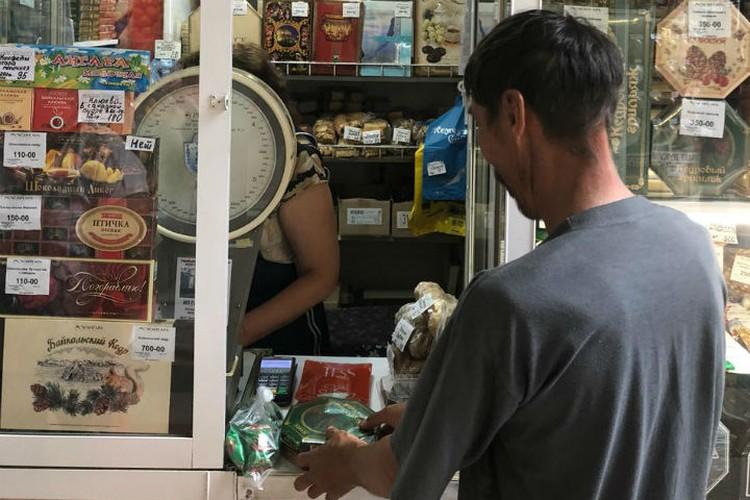 """Серега: """"Накуплю детишкам конфет, таких лакомств они у меня еще не ели."""". Фото: Павел ЦИКОЛИН."""