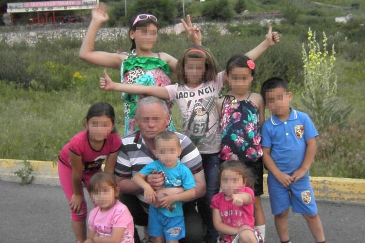 На этом фото Николай со своими внуками. Детей он любил…