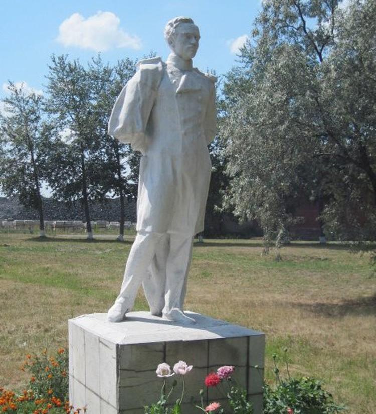 Памятник Лермонтову почти 20 лет стоит на ЧЭМК.