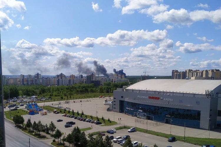 Столб дыма напугал жителей Северо-Запада. Фото: группа во ВКонтакте «Типичный Челябинск»