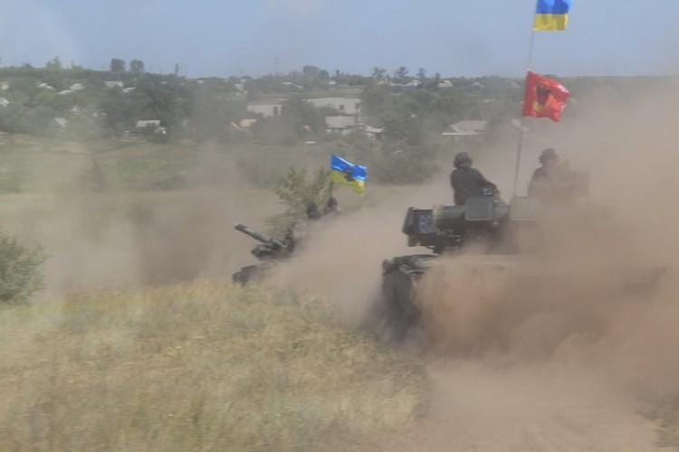 В городах и поселках Донбасса украинские военные ведут себя хуже немецких оккупантов. Фото: facebook.com/pressjfo.news