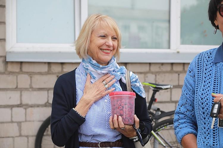 Вера приносит мужу передачи, как все: сок, шоколад, фрукты. (Малиной, кстати, с собственной дачи поделилась переводчица Ольга)