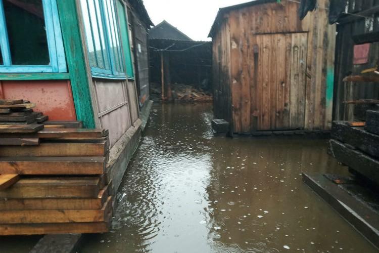 Вода зашла и во дворы. Фото: соцсети
