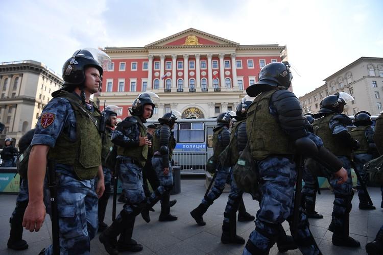 Сцепки омоновцев выдавливали несанкционированный митинг через задержания и помятые ребра