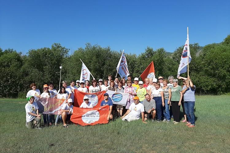 Команда волонтеров на уборке Байкала.