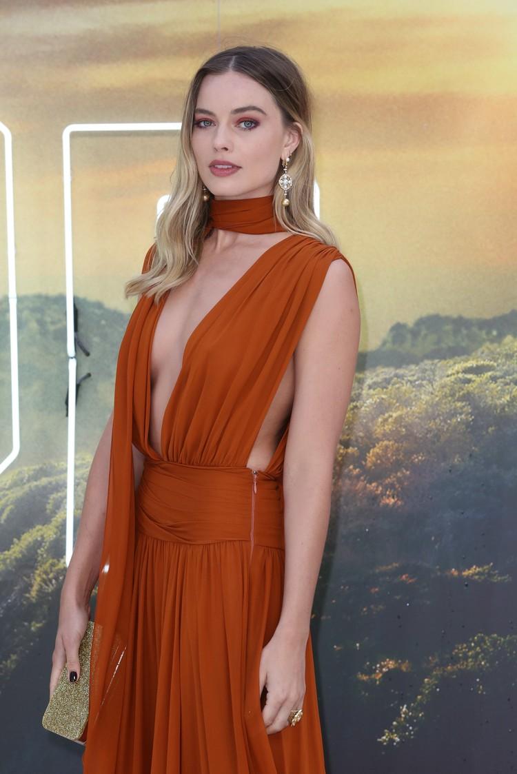 Марго была в этот вечер особенно хороша: актриса выбрала платье с глубоким декольте.