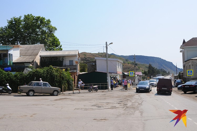 Но делать в этих курортных поселках, кроме как купаться и загорать, по большому счету нечего. Часто одна улица, не слишком благоустроенная и с очень унылым пейзажем.