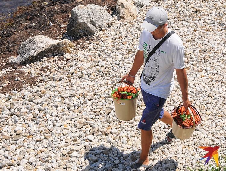 Пляжный продавец раков.