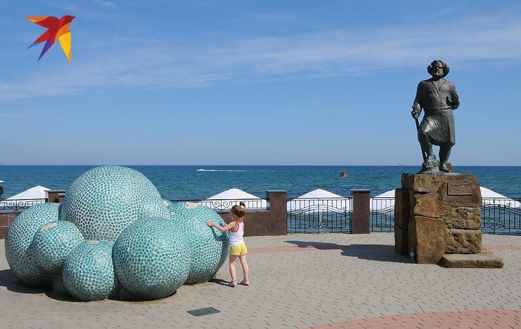 Памятник самому знаменитому жителю Коктебеля, поэту и художнику Максимилиану Волошину установлен на городской набережной.