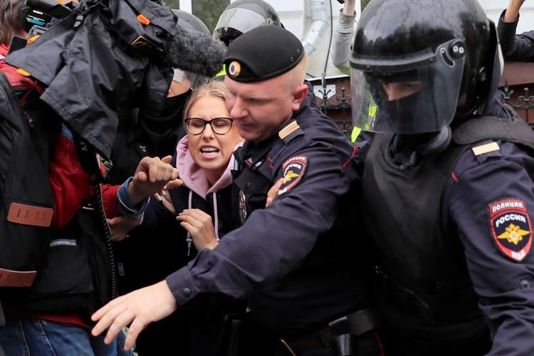 Своим зычным голосом Соболь буквально заткнула полицейских, которых стало не слышно.
