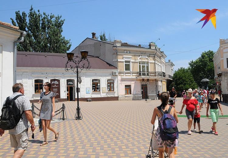 Улица Галерейная в Феодосии ведет от одного главного артобъекта – дома-музея Грина к другому – художественному музею Айвазовского.