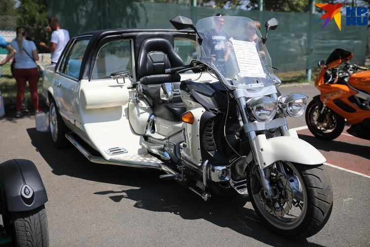 Наполовину мотоцикл, наполовину автомобиль