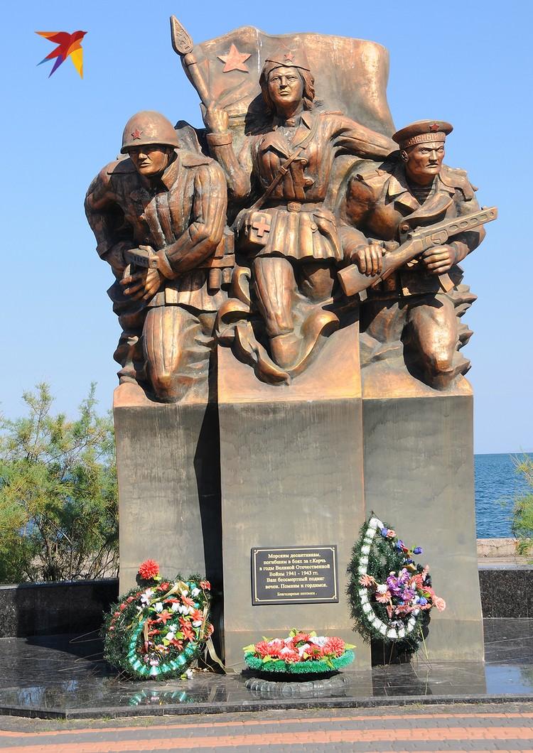 Памятник морякам-десантникам, погибшим в боях за Керчь в годы войны. В действительности десантов было три, и только последний привел к освобождению города в 1944 году